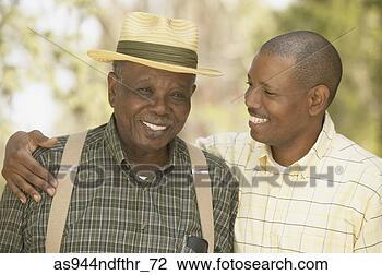 Banco de Imagem - africano, pai,  sorrindo, ao ar  livre. fotosearch  - busca de fotos,  imagens e clipart