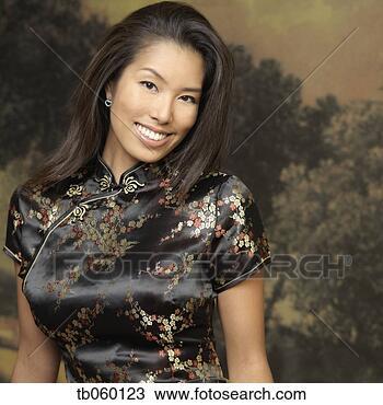 banque de photo portrait de femme asiatique porter robe traditionnelle tb060123. Black Bedroom Furniture Sets. Home Design Ideas
