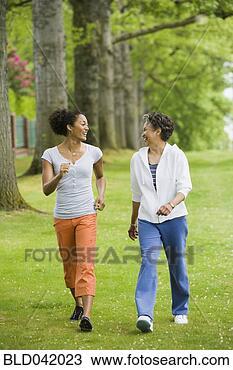 Banco de Imagem - africano, americano,  mãe, filha, andar,  parque. fotosearch  - busca de fotos,  imagens e clipart