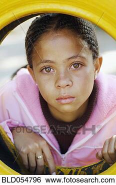 Banco de Imagem - misturado, raça,  menina, chorando.  fotosearch - busca  de fotos, imagens  e clipart