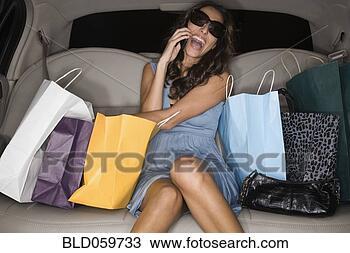 Banco de Imagem - meio, oriental,  mulher, shopping,  sacolas, limusine.  fotosearch - busca  de fotos, imagens  e clipart