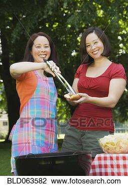 Banco de Imagem - asiático, mulher,  servindo, irmã,  hotdog. fotosearch  - busca de fotos,  imagens e clipart