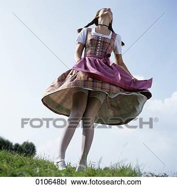 Junge frau in bayrische kleid tanzen mit hoben rock großes