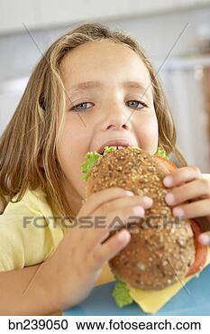 Hazır Fotoğraflar - kiz, yiyor, sandviç.  fotosearch - fotoğraf,  resim, duvar kağıdı,  görsel ve clipart  ara