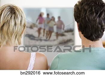 Overdose de téléréalité dans voyage couple-watching-television_~bn292016