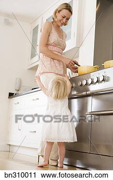 Arquivo de Fotografia - criança, abraçando,  mãe, cozinha.  fotosearch - busca  de fotos, imagens  e clipart