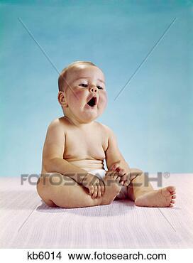 Banco de Imagem - bebê, sentando,  segurando, um,  pé, boca, abertos,  admiração. fotosearch  - busca de fotos,  imagens e clipart