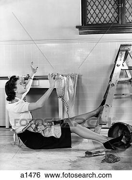 Stock afbeeldingen 1940s vrouw huisvrouw het vallen van stapladder in keuken terwijl - Muurschildering volwassen kamer ...