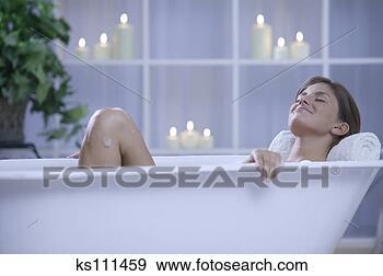 Arquivo Fotográficos - mulher, em, banheira. Fotosearch - Busca de Imagens Fotográficas, Cartazes, e Fotos Clipart