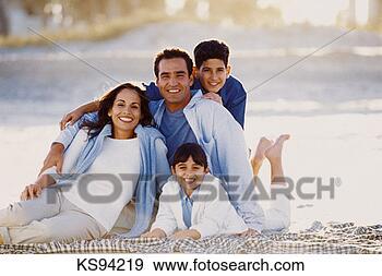 Arquivo Fotográficos - hispânico, família,  praia, retrato.  fotosearch - busca  de fotos, imagens  e clipart