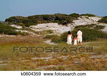 Arquivo Fotográficos - família, passeio,  dunas. fotosearch  - busca de fotos,  imagens e clipart