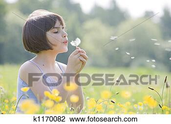 Banco de Imagem - criança, soprando.  fotosearch - busca  de fotos, imagens  e clipart