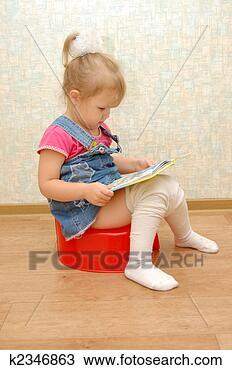 Stock Foto - kleines mädchen, sitzen, auf, rot, toepfchen