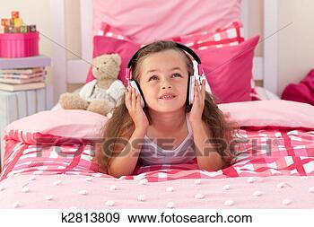 Arquivo Fotográficos - cute, menina,  escutar, música,  quarto. fotosearch  - busca de fotos,  imagens e clipart
