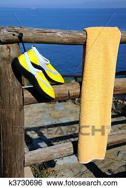 Banco de Imagem - toalha, praia,  sapatos, madeira,  cerca. fotosearch  - busca de fotos,  imagens e clipart