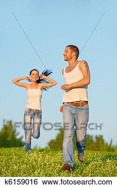 Banco de Imagem - jovem, par, corrida.  fotosearch - busca  de fotos, imagens  e clipart