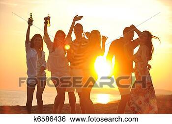 Banco de Imagem - grupo, jovem,  pessoas, apreciar,  verão, partido,  praia. fotosearch  - busca de fotos,  imagens e clipart