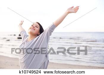 Banco de Imagem - feliz, mulher,  esticar, braços,  apreciar, natureza.  fotosearch - busca  de fotos, imagens  e clipart
