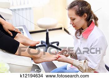 Banco de Imagem - mulher, desgastar,  branca, agasalho,  faz, pedicure,  cliente, beleza.  fotosearch - busca  de fotos, imagens  e clipart
