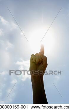 Arquivo de Fotografia - sol,  brilhar,   atrás de,  mulher,   segurando,  cima,   dedo,  close-up.  fotosearch - busca  de fotos, imagens  e clipart