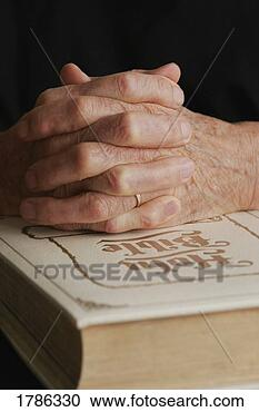 Stock Photography - senior's folded 
