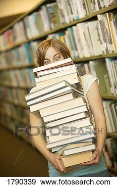 Banque de Photographies - jeune, femme, porter, énorme, pile, livres, bibliothèque. fotosearch - recherchez des photos, des images et des cliparts