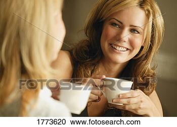 Arquivo de Fotografias - dois, mulheres,  tendo, café. fotosearch  - busca de fotos,  imagens e clipart