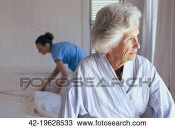 Banco de Imagem - idoso, mulher,  lar, trabalhador.  fotosearch - busca  de fotos, imagens  e clipart