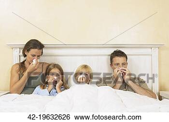 Banco de Imagem - doente, família,  cama. fotosearch  - busca de fotos,  imagens e clipart