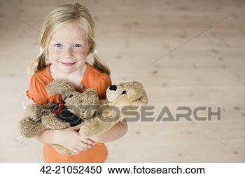 Arquivo de Fotografias - jovem, menina,  pelúcia, ursos.  fotosearch - busca  de fotos, imagens  e clipart