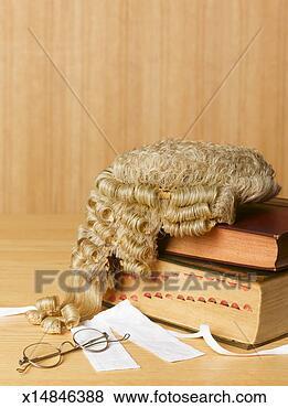 avocats-perruque-legal_~x14846388