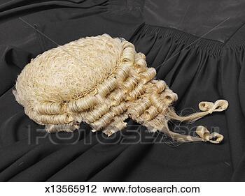 avocats-perruque-robe_~x13565912