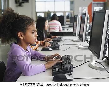Banco de Imagem - estudantes, usando,  computadores,  escola, computador,  laboratório. fotosearch  - busca de fotos,  imagens e clipart