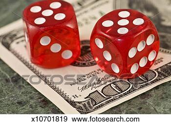 Stock Photograph - dva, hrát v kostky, jeden, sto, dolar, cukrovat se, detail. fotosearch - hledat snímky z obrázků a klipartů s fotografiemi