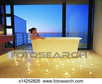 Banco de Imagem - mulher, relaxante,  luxo, banho, cercado,  velas, contra,  abertos. fotosearch  - busca de fotos,  imagens e clipart