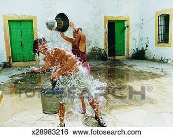Banco de Imagem - mulher, despejar,  balde, água. fotosearch  - busca de fotos,  imagens e clipart
