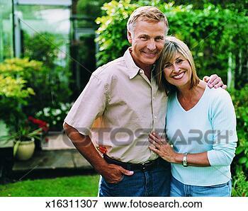 Εικόνα - πορτραίτο, μεσήλικας,  ζευγάρι, δικό  τουs, κήπος. fotosearch  - αναζήτηση φωτογραφιών,  εικόνων, τοιχογραφιών  και clipart
