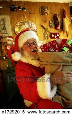 stock bild weihnachtsmann halten sack von geschenke. Black Bedroom Furniture Sets. Home Design Ideas