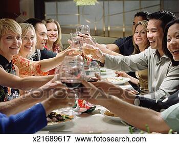 Foto - grupo, amigos,  tendo, brinde,  jantar. fotosearch  - busca de fotos,  imagens e clipart