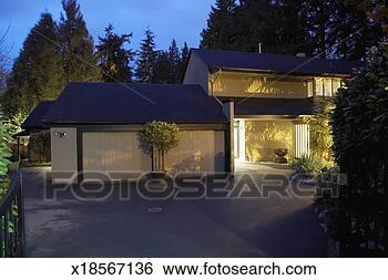 stock bilder au en von haus und garage nachtd mmerung x18567136 suche stockfotografie. Black Bedroom Furniture Sets. Home Design Ideas