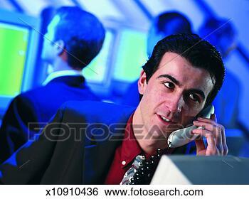 Banco de Imagem - jovem, homem negócios,  falando, telefone,  pessoas, fundo.  fotosearch - busca  de fotos, imagens  e clipart