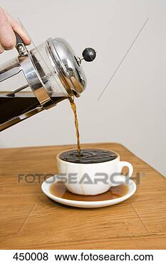 Trucs et Astuces Pouring-coffee-cafetiere_~450008