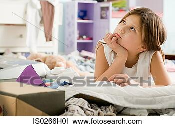 Banco de Imagem - menina, pensando.  fotosearch - busca  de fotos, imagens  e clipart