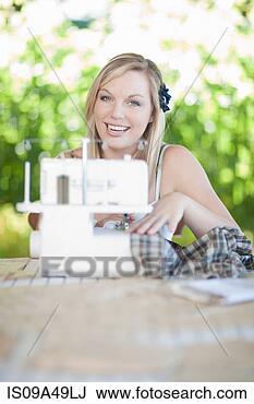 Banco de Imagem - mulher, trabalhando,  cosendo, máquina.  fotosearch - busca  de fotos, imagens  e clipart
