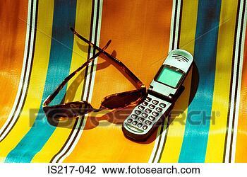 Banque de Photo - transat, lunettes soleil, mobile, téléphone. fotosearch - recherchez des photos, des images et des cliparts