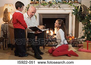 Arquivo de Fotografia - avô, contar, crianças,  história. fotosearch  - busca de fotos,  imagens e clipart