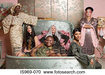Arquivo de Fotografias - seis, mulheres,  desgastar, tradicional,  roupa. fotosearch  - busca de fotos,  imagens e clipart