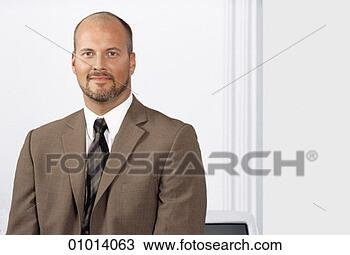 banque de photo a chauve homme barbu dans a plainte brune 01014063 recherchez des. Black Bedroom Furniture Sets. Home Design Ideas