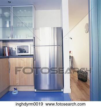 banque de photographies vue de a moderne cuisine a acier finition frigidaire. Black Bedroom Furniture Sets. Home Design Ideas