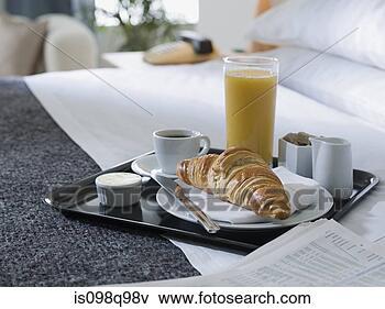 Foto bandeja de desayuno en un hotel cama is098q98v - Bandeja desayuno cama ...